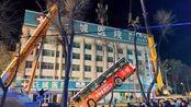 青海西宁发生路面塌陷:公交车掉入坑中 失联人数上升至10人