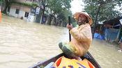 暴雨过后,越南城市街道瞬间变水乡,出门都得划船
