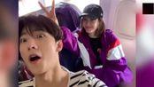 杨洋坐飞机偶遇王丽坤,立马上去合影比V搞怪