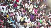 印度奇葩传统节日,万人大战牛粪漫天飞,谁被砸中谁幸福!