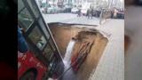 直击西宁路面塌陷公交车陷入大坑现场:2人失踪13人送医