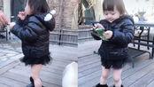 从小就爱美!樊少皇带2岁女儿出门散步,大棉袄光腿看着超冷
