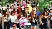郑州人民公园的搞笑尬舞又开始了,这群人几个小时就收入过万!