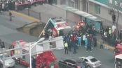 西宁城中区路面塌陷公交车坠入其中 伤亡不详