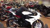 小伙给女朋友买摩托车,女友选了辆宝马街车,小伙当场蒙圈了!