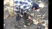 大叔上山发现一块奇异的石头,打开后赚大了!