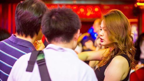 在泰国,有超过四十万的穷苦人家的女孩子为了生存在娱乐场...