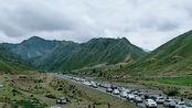 """7月!新疆最美独库公路迎自驾游旺季,山下车辆排起""""长龙"""""""