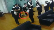 南宁一银行员工正开会 天花板突然掉下大蟒蛇