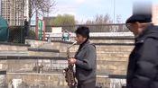 大妈街头萨克斯独奏一首《梦中的额吉》深情婉转