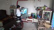 老男孩上门修电视机,1个简单的修理,解决了困扰大婶1年多的烦恼!