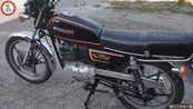 86年售价近万元的铃木TR125摩托车,如今在寒风中仍能一脚踩着