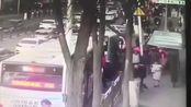 西宁城中区路面突然塌陷 公交车掉入坑中现场有火光冒出