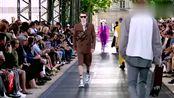 刘雯2020春夏巴黎男装周走秀,一袭黑色无袖风衣,简直太帅了!