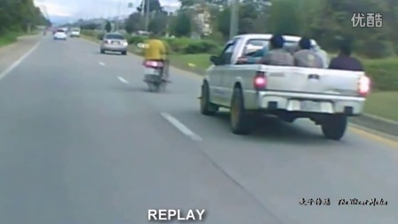 有人欢喜有人忧 摩托车随意变换车道惨遭撞飞