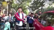 老太碰瓷保时捷被群众抬走 车主给钱被拦住:不能助长歪风邪气