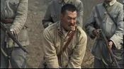看到日军俘虏陈大雷来了兴趣,拿他练刀唱起了戏,小鬼子气坏了