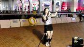 歌手芯妮9月9日中环码头放声高歌一首《誓言》唱的动感粗犷!