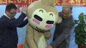 """广西2.64亿双色球巨奖得主穿""""猴装""""领奖"""