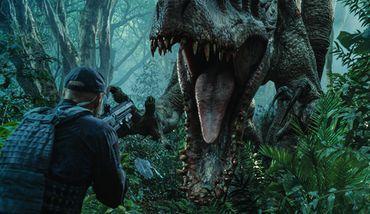 《侏罗纪世界2》爆剧照:神秘女孩现身恐龙博物馆