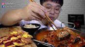 韩国吃播:小哥吃泡菜鱼,大口的吃,吃的真得劲