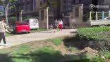 【拍客】西安幼童疑被老师针扎 警方正调查中