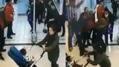 惊魂!女子推婴儿车逛超市 天花板突然掉下一人