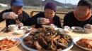 韩国大妈做秘制糖醋排骨,一家三口吃得太香了,口水都快忍不住了