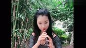 女歌手练习唢呐,深情吹奏《好人一生平安》,经典老歌就是好听!