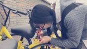 90后女生手绘修补车牌 被称为单车猎人