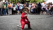 """印尼街头出现""""怪童"""",脖子被铁链锁住,摘下面具令游客很心酸"""