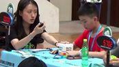 11岁李佳洲选手以0.89秒的成绩,打破了二阶魔方中国纪录