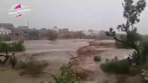 大雨过后,河里的水泛滥了
