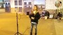 街头艺人小甜甜演唱一首《不变的情缘》
