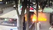 西宁南山路路面塌陷 一公交车掉入坑内 现场高压线爆燃