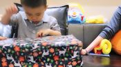 我与宝宝日常生活中的仪式感 圣诞倒计时小礼物开箱第二集12.2今天宝宝选到的是,吃必胜客[馋嘴]开始吃货模式,妈妈的小礼物是沐浴露,蓝风铃味道的