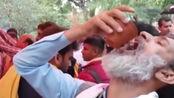 """奇葩!印度约200民众聚众喝""""牛尿""""抵抗新冠状病毒!"""