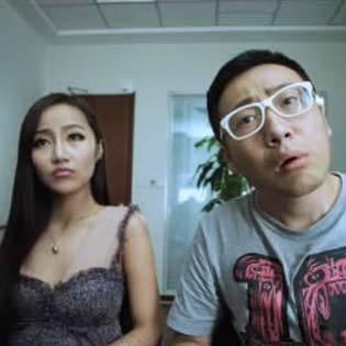 """重磅好戏来啦!奇葩两口子还是没hold住,想要离婚,结果......噗,这个工作人员实在太逗了!真的是中国好员工噢!《反恐行动之枪恋33天》欲观完整影片,请登录www.bale.cn搜索""""反恐行动之枪恋33天"""""""