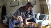 美食小食堂:外国人吃四川棒棒鸡,鸡肉都浸泡在辣油里,看着就好辣!