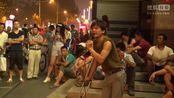残疾男街头卖唱谁说不如《中国好声音》,靠生动歌声讨饭养全家