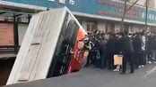 【青海】西宁路面塌陷公交车掉入 失联人数上升至10人