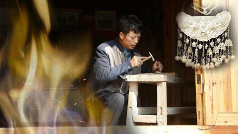 老银匠打了45年银嫁衣,一件卖十万,却躲在苗寨深山老木屋