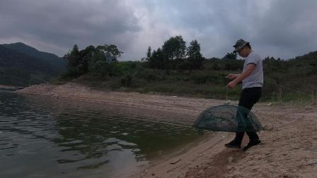 农村小伙胆大车技好,这种地方都敢单独去网鱼