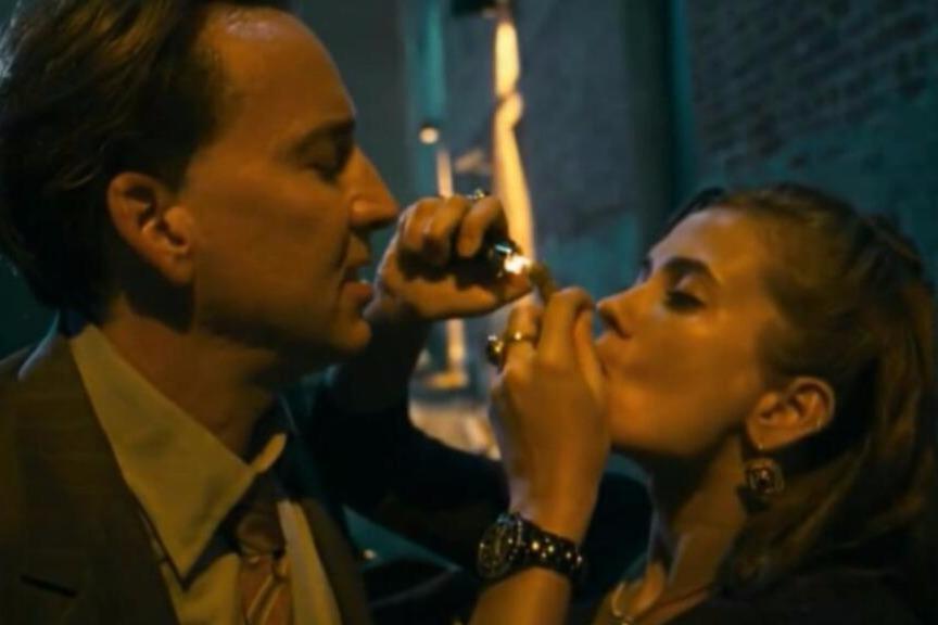 吸毒美女为免牢狱之灾,当着男友的面和警官上演激情戏