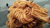 临沂大哥做特色小吃馓子,做了20年手艺绝了,8元一斤一天卖百斤