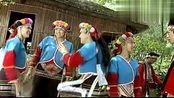 美女带男子去部落聚会的地方,部落的朋友热情的迎接远方的客人!