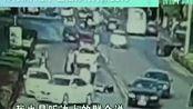 父母被撞,儿子脚踹司机未站稳又摔断腿