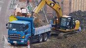 工地实拍:卡特挖掘机给日野卡车装泥土