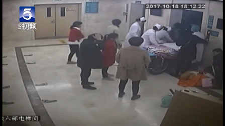 河南驻马店:35岁高龄产妇挺着肚子进电梯 带着宝宝出来了...