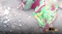 心碎!印度女子死在铁轨旁 男婴想摇醒妈妈 边哭喊边对遗体吸奶